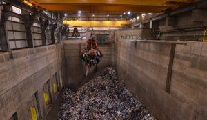 Grab crane lifting 6 tonnes of waste